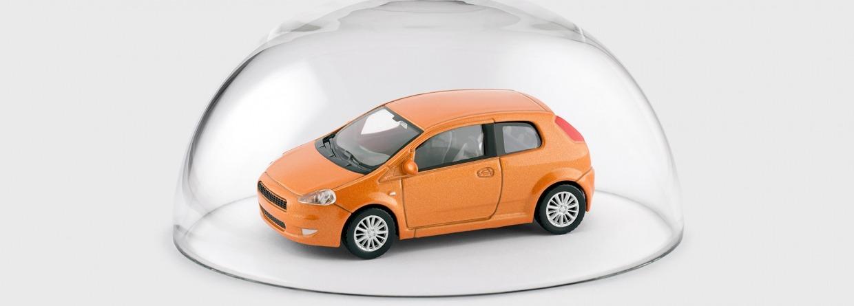 gele auto in glazen koepel