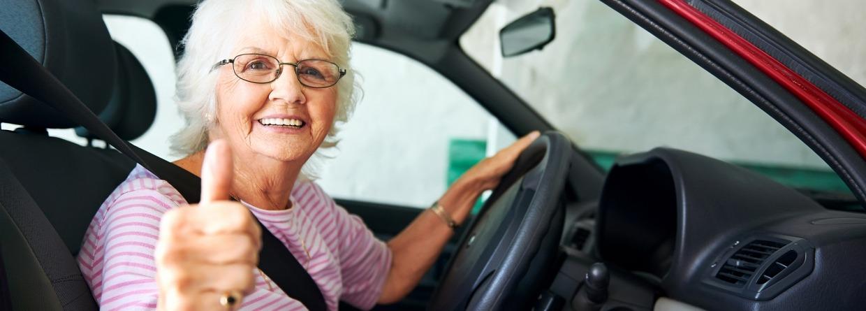 Zelfverzekerde senior rijdend in een auto